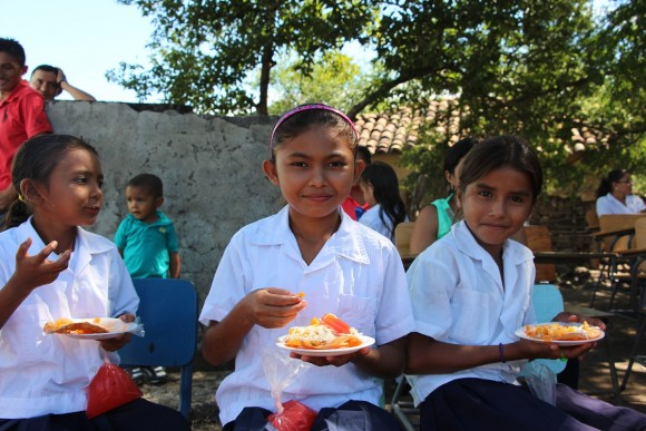 Honduran-school-children-eat-snacks